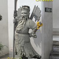Китайская скульптура перед храмом