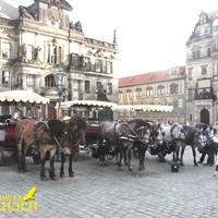 Прогулочные экипажи около собора