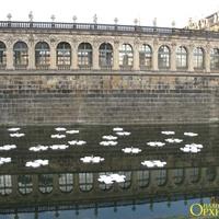 Во рву вокруг дворцового комплекса Цвингер плавают на фигурно вырезанных кусках пенопласта различные куклы