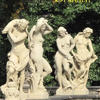 Скульптуры у фонтана