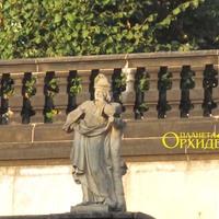 Скульптура на берегу  рва вокруг дворца