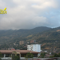 С гор в окрестностях города Картаго спускаются тучи и туман
