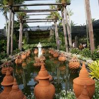 Бассейн, украшенный кувшинами традиционной для Таиланда формы