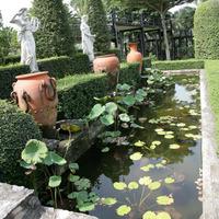 Маленький пруд и парковая скульптура