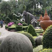 Дорожки приводят к скульптурной композиции