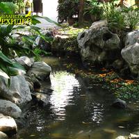Парковый ручей, обрамлённый камнями