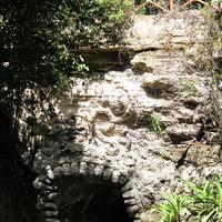 Пещера, вход в которую в виде маски