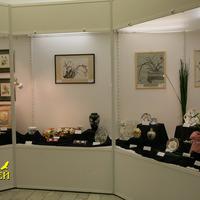 Экспозиция с картинами, вазой,кувшинами, украшениями и посудой