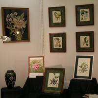 экспозиция с гравюрами и вазой Аллы Умновой и картиной Татьяны Лебедевой