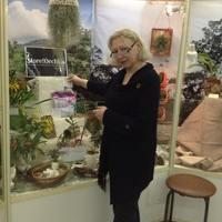 Ольга Изотова рядом со своей витриной на выставке «Путешествие к орхидеям 2015»