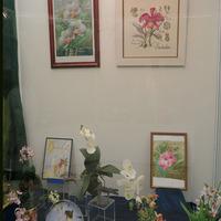 Витрина с предметами с изображениями орхидей на выставке «Путешествие к орхидеям 2015»