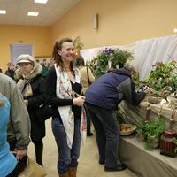 Елена Авдеева (гость выставки) рассматривает орхидеи