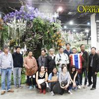 Победители в оформлении экспозиций - делегация Таиланда на фоне своего