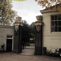 Старинные ворота - вход  в Ботанический сад
